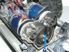 E-Maxx Motorplatte aus 7075er Aluminium eingebaut