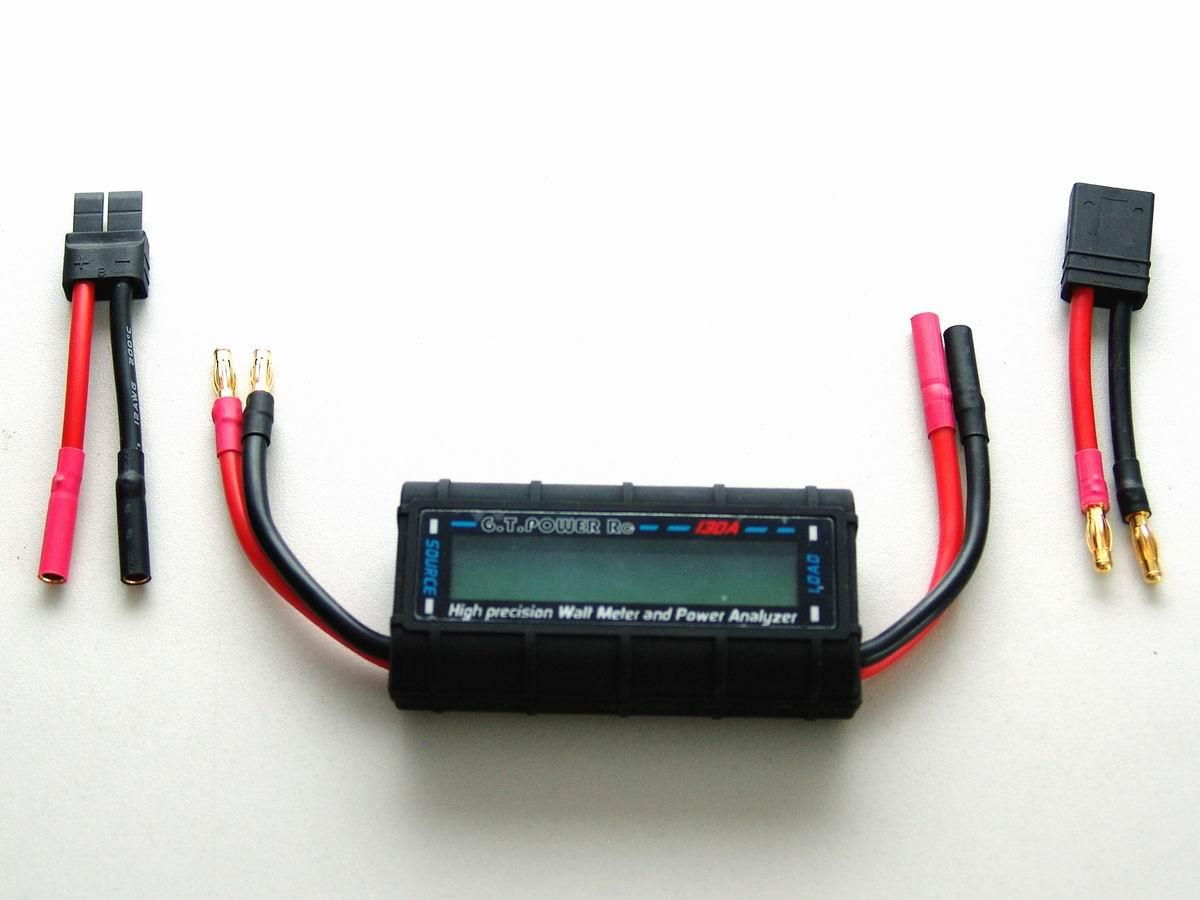 Wattmeter mit Adaptern für Strom-Messungen an einem Akku