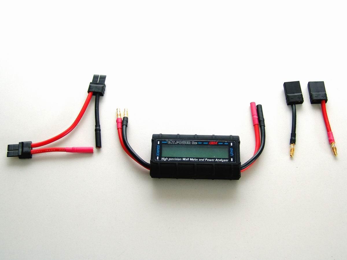 Wattmeter mit Adaptern für Strom-Messungen an zwei Akkus